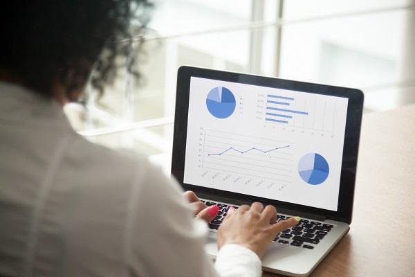 Descriptive Analytics_Entscheidungen treffen_Frau schaut auf Dashboard