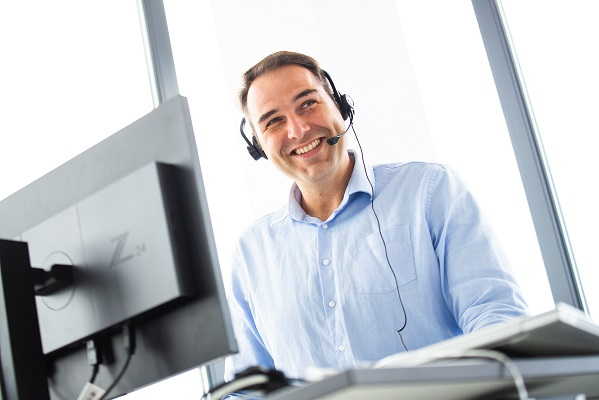 Digitaler Reifegrad_Kontakt aufnehmen_Mann mit Headset