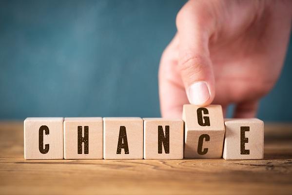 Organisationsentwicklung-und-Befaehigung_Kulturelle-Transformation_Würfel mit Aufschrift Change