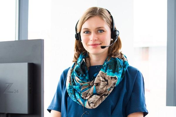 Projektumsetzung und Projektmanagement_Frau mit Headset