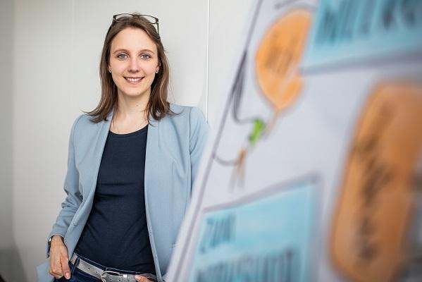 Strategie und Geschäftsmodelle_Visionen und Strategie_Frau guckt in die Kamera