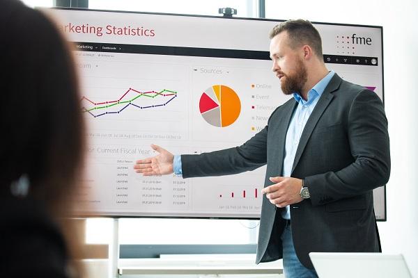 Customer Experience Management für Banken_CEM Services_Mann zeigt Statistik