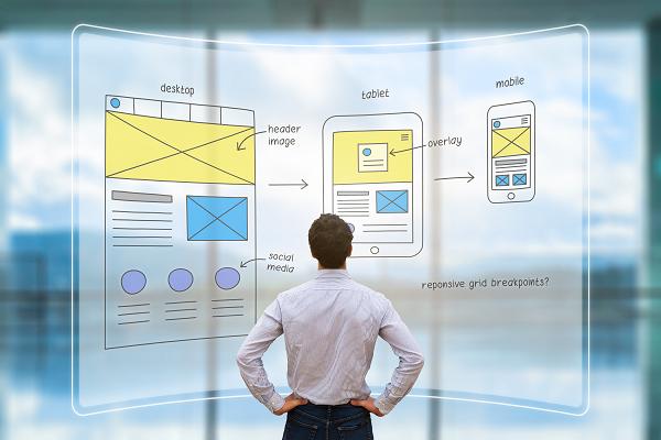 Customer Experience Management für Banken_CEM_Touchpoint Optimization_Mann schaut auf devices