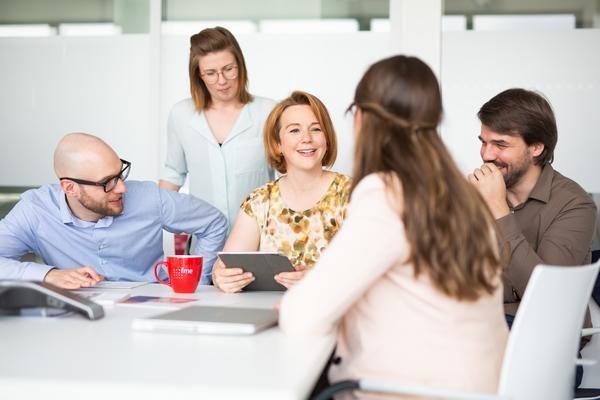 CIO Advisory: Gruppe von Mitarbeitern im Gespräch